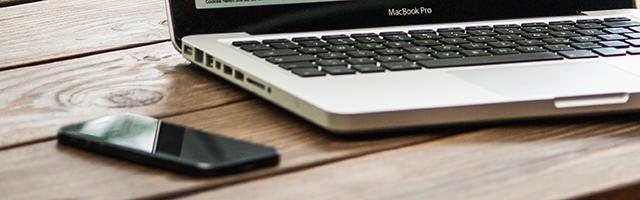パソコンとスマートフォンが机の上に置いてある画像